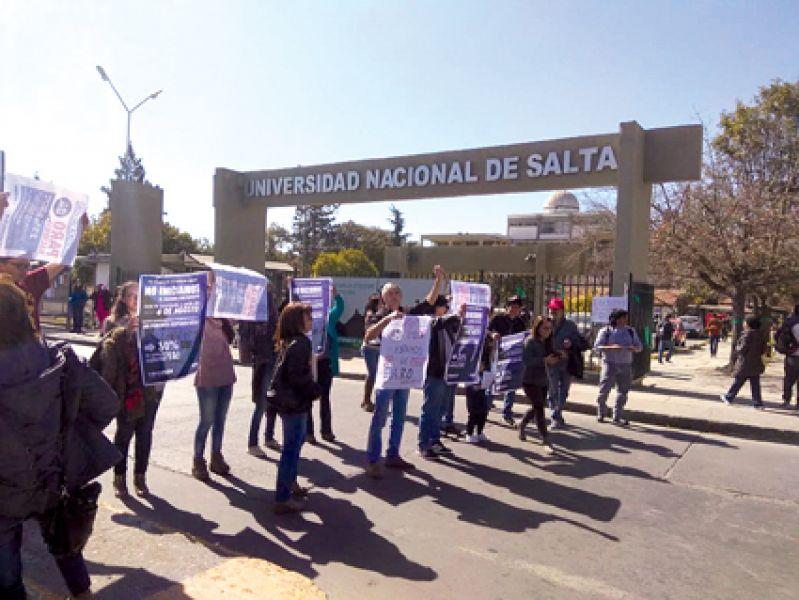 Docentes de la UNSa hicieron ayer una manifestación y aprobaron continuar con el paro al menos una semana más.