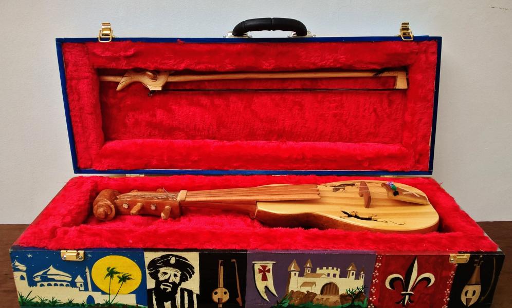 Uno de los instrumentos del luthier brasileño Valmir Rosa que viene a Salta y también formará parte de la exposición en Mitre 23.