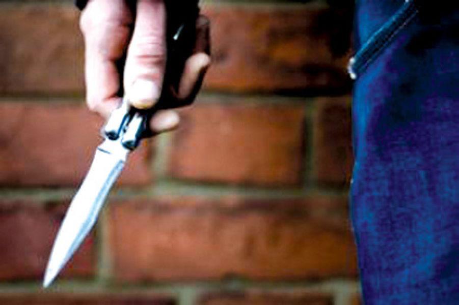 """El clan familiar """"Los Acosta"""" para agredir a un joven luego de una fiesta, además de cuchillos, usaron palos y piedras."""