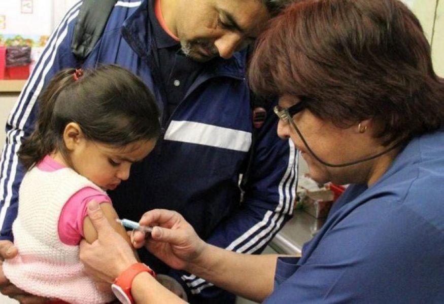 La vacunación de los grupos de riesgo es esencial para prevenir las formas graves de la enfermedad.
