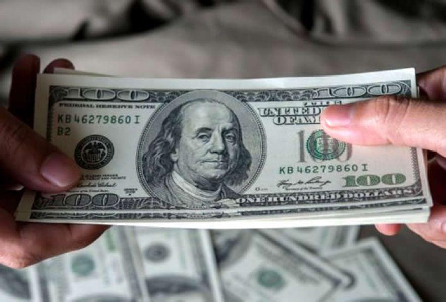 Parte de la caída de reservas se explica por la salida de depósitos en dólares. Los ahorristas retiraron el martes 62 millones de dólares.