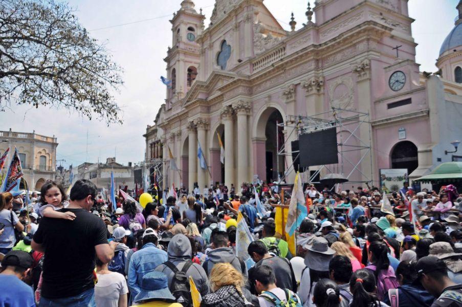 Una multitud de peregrinos llegó a la Catedral de Salta y a cada paso se ven las imágenes de la emoción y el sacrificio de una promesa cumplida.