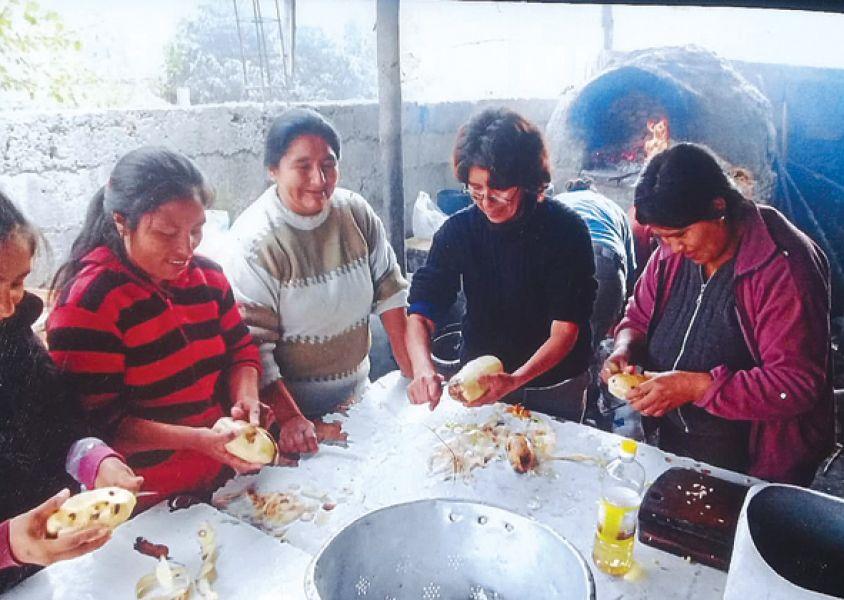 Madres y vecinas cocinan todos los días para los chicos y adultos de Villa Floresta Norte.