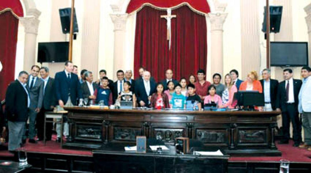 Senadores recibieron en el recito legislativo a un grupo de alumnos del Nevado de Acay.