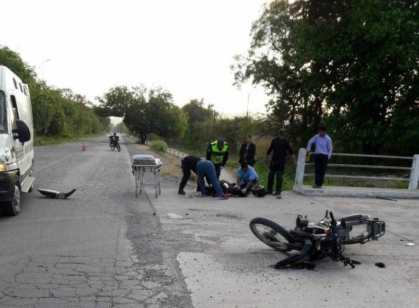 Un choque se registró ayer domingo entre una camioneta Mercedes Benz con su conductor ebrio y un móvil policial.