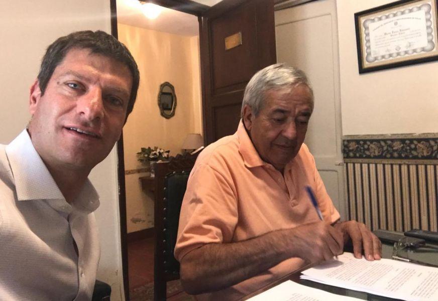 Los legisladores Javier David y Santiago Manuel Godoy firman el recurso judicial en contra de que los usuarios compensen perdidas a empresas de gas.
