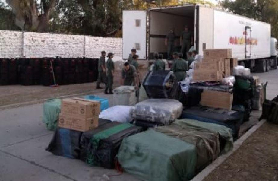 El contrabando ilegal de cigarros estaba oculto en el camión entre cajones de tomates.