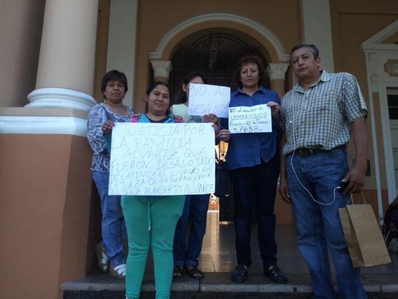 "Familiares de las familias desalojadas en Metán protestaron ayer en la Legislatura. ""Tras el desalojo los tiraron a la vera de la ruta 5"", dijeron."