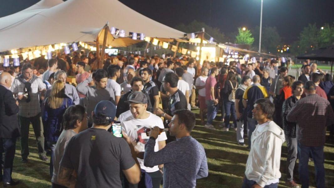 La gente disfrutó del Beer Garden de Cerveza Imperial al término del partido de Los Pumas.