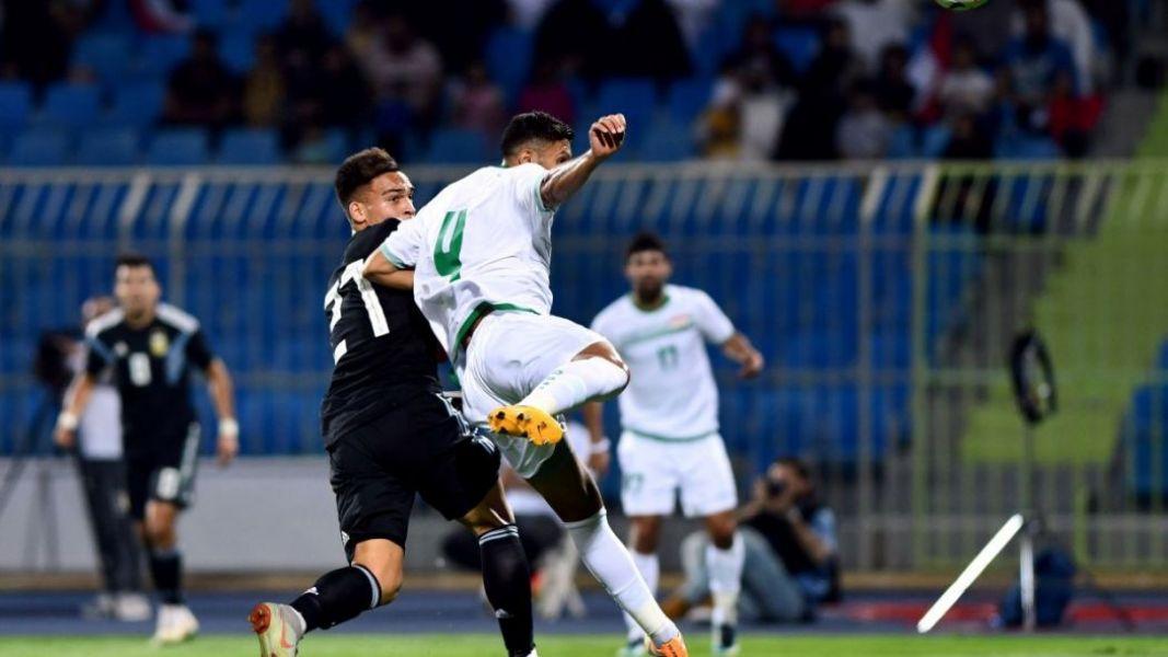 El primer gol. Lautaro Martínez se anticipa al defensor e inaugura la cuenta ante Irak.