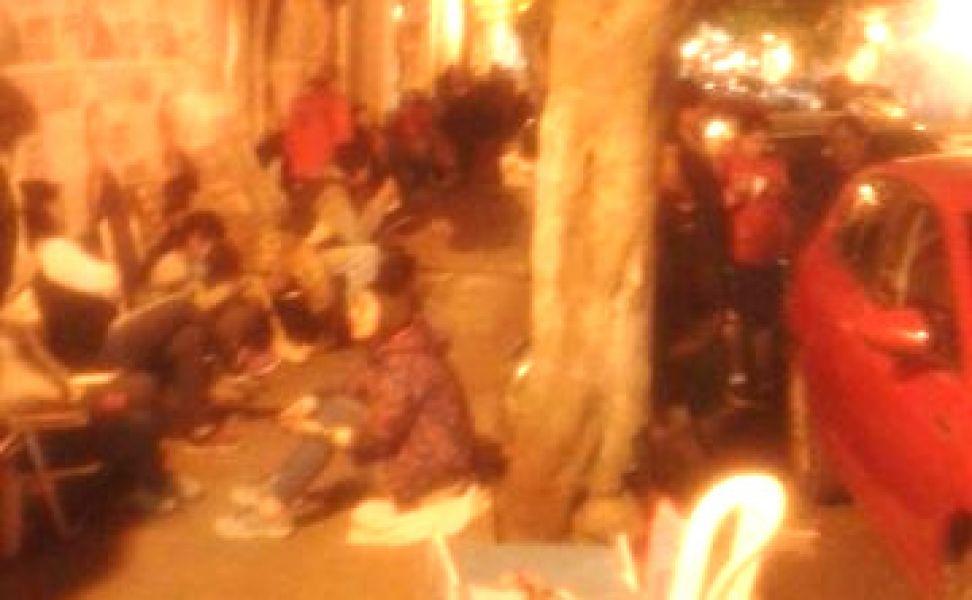Personas hacen una larga fila y acampan desde el miércoles a las 6 para conseguir un lugar en el primer año de un colegio.