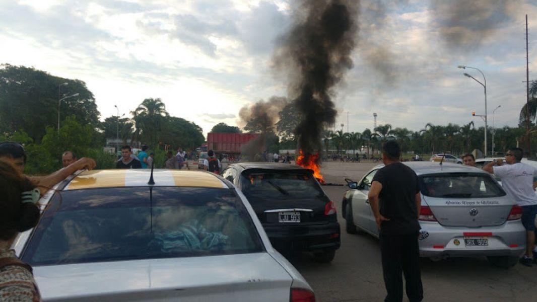 Trabajadores del Ingenio Tabacal en el corte de la Ruta 50 frente a la empres. (Foto Gentileza FM Noticias de Orán).