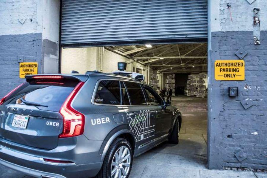 El cliente puede solicitar un auto en UberX y la aplicación enviará el coche sin piloto