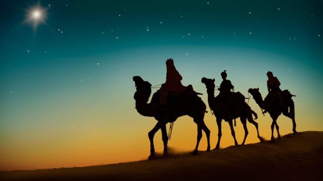 El relato cuenta que tres reyes de Oriente viajaron guiándose por una estrella, así llegaron a Belén.