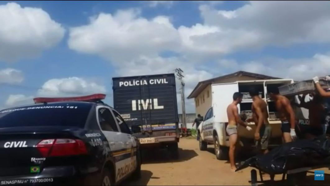 Esta foto y un video muestran cómo los internos, sacan los cuerpos hacia los vehículos del Instituto Médico Legal,
