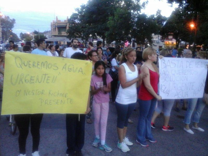 La movilización por la falta del agua en Tartagal se realizó en la plaza principal.