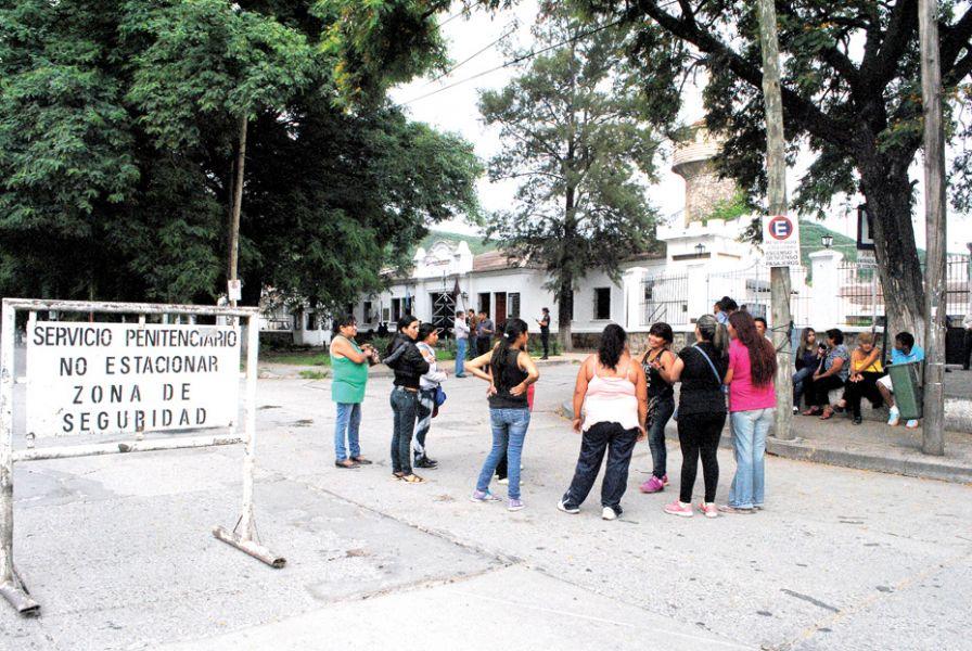 La protesta frente a la cárcel de Villa las Rosas, gritaron consignas, quemaron neumáticos y pidieron justicia.