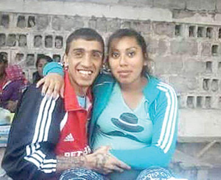 Gabriel Herrera y Andrea Neri, mostrando su embarazo.