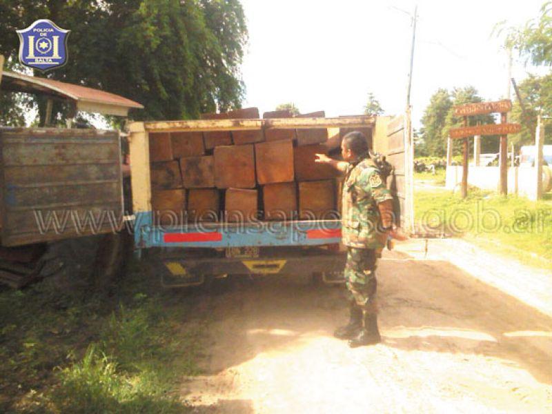Cargamento de madera ilegal detenido por la policía.