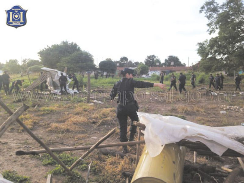 Doscientos policías tanto de Pichanal como de Unidades Especiales participaron del despeje de los terrenos.