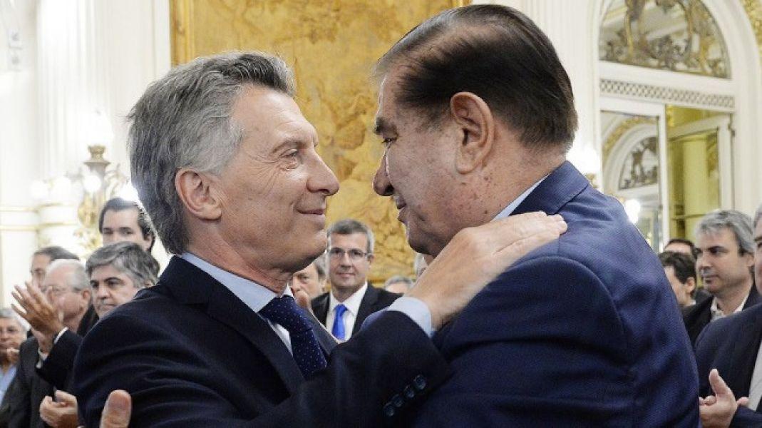 El presidente Macri y Guillermo Pereyra, titular del sindicato petrolero celebra el acuerdo y se abrazan en Casa Rosada.