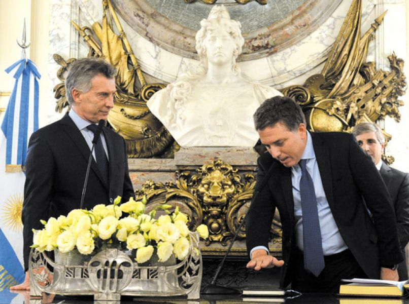 Nicolás Dujovne al momento de jurar como nuevo ministro de Hacienda.