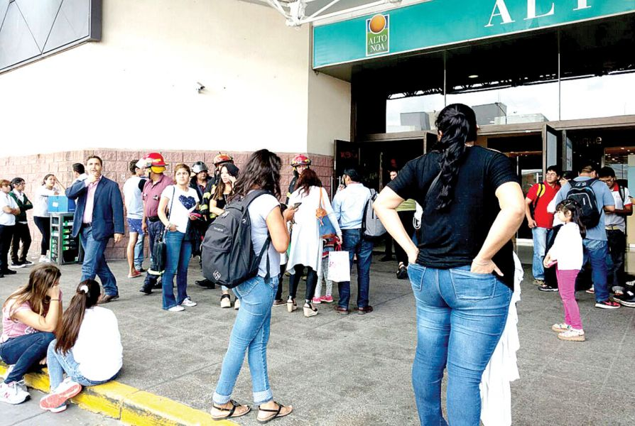 Público y personal fueron evacuados del Shoping cumpliendo con el protocolo de prevención y no pasó de un susto.