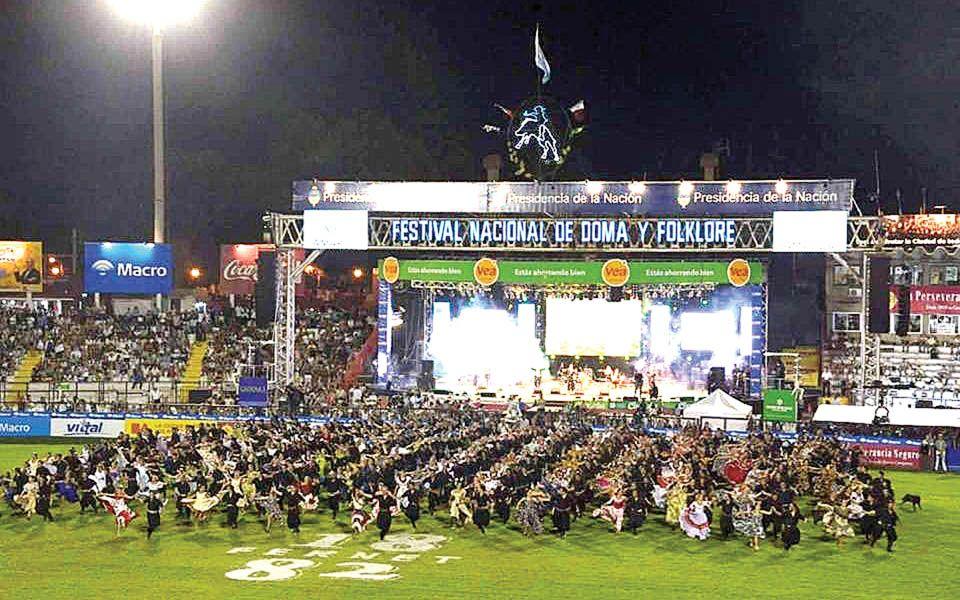 Jesus María en su octava noche sigue ofreciendo lo mejor espectáculo folclórico y de jineteadas. Se transmite por la TV Pública.