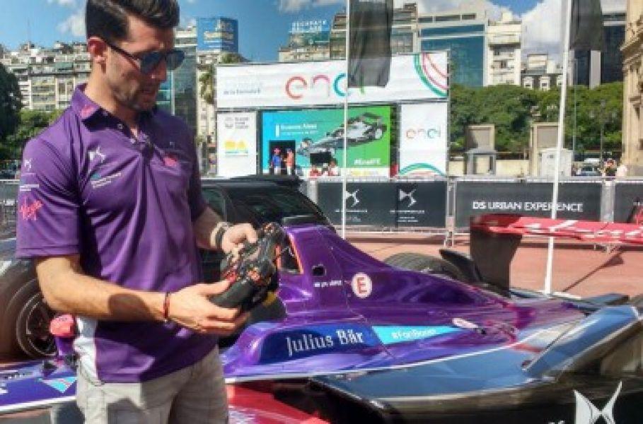 """""""Pechito"""" López junto al auto que conducirá este sábado, por las calles de Puerto Madero en Buenos Aires."""