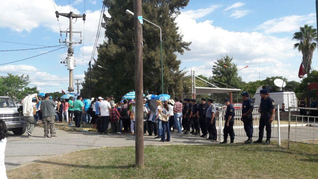 Cerca de medio millar de docentes se manifestaron ayer en la Casa de Gobierno miéntras se realizaban las negociaciones salariales.