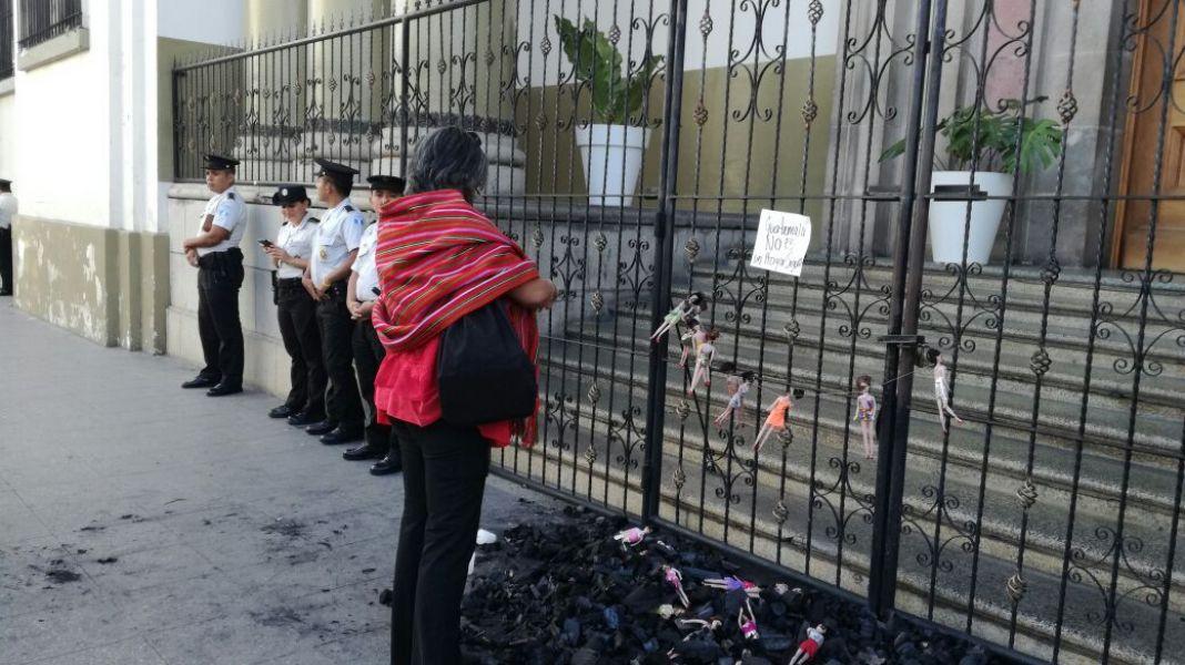 Protesta en la casa presidencial de Guatemala. La muerte de menores en un orfanato revela abusos y explotación.