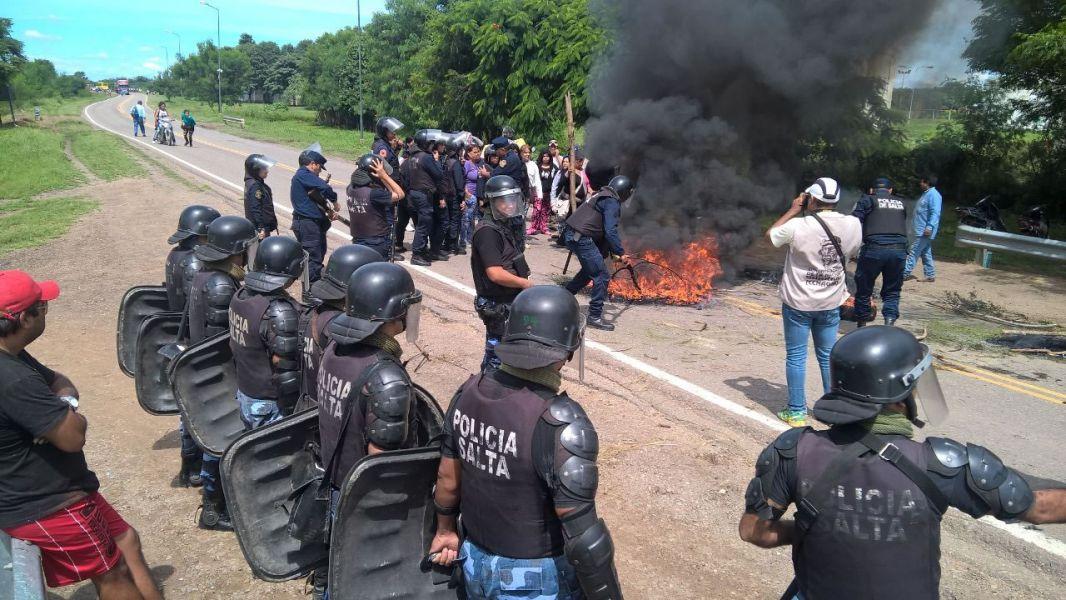 Trabajadores, ex beneficiarios de la Fundación Villa Saavedra de Tartagal concretaron el corte total de la Ruta Nacional 34.