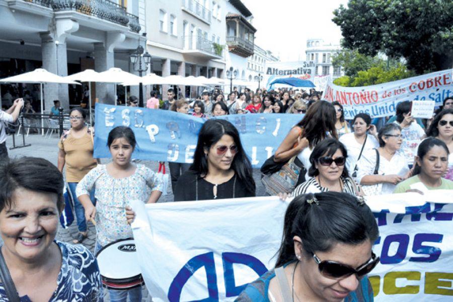 Agrupaciones de docentes provinciales decidieron que harán marchas desde las 9:30 en el centro salteño.