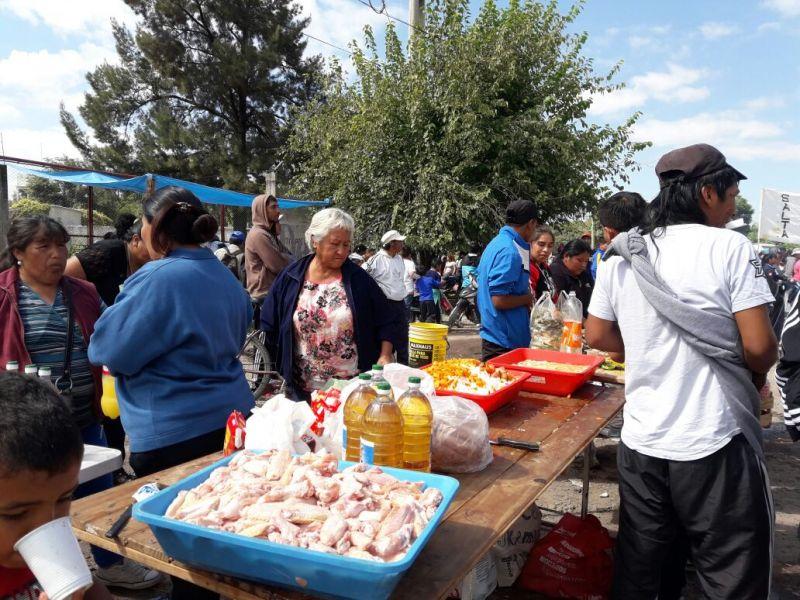 Los manifestantes organizaron una olla popular en la Tavella para pedir se haga efectiva la Ley de Emergencia Social.