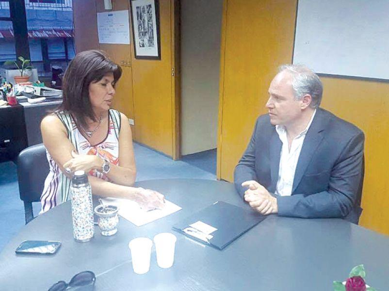 El concejal Matías Cánepa junto a Lidia Saya, funcionaria del SEDRONAR.