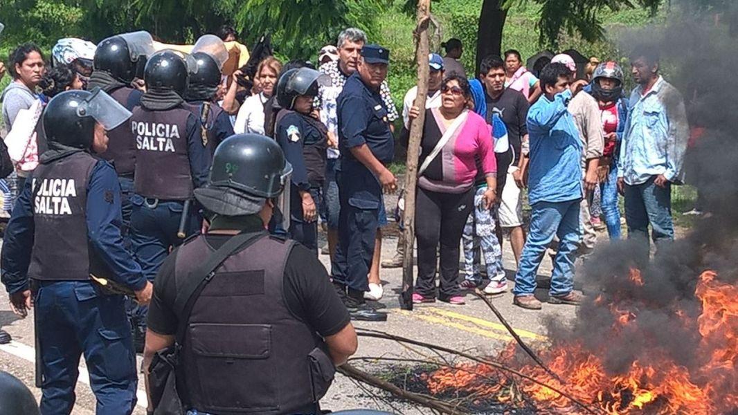 Reprimieron la protesta por la quita de asignaciones familiares, sobre la ruta nacional 34 a la altura de Mosconi.