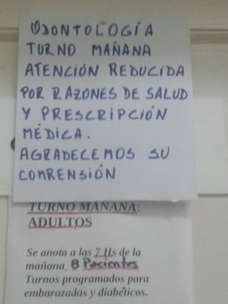 Los carteles por la reducción de atención en  las salitas que ahora deben atender más.