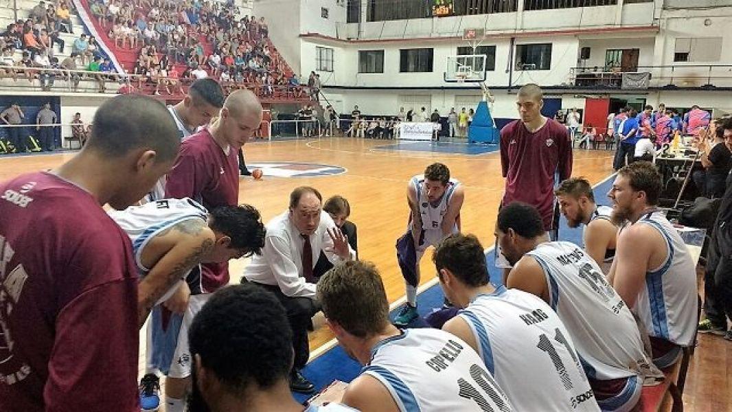 Todos atienden a Ricardo De Cecco. Otro gran triunfo de Salta Basket como visitante