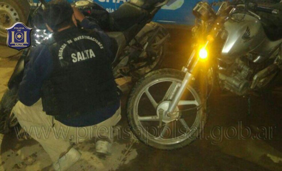 Un motociclista ebrio chocó contra un vehículo estacionado.