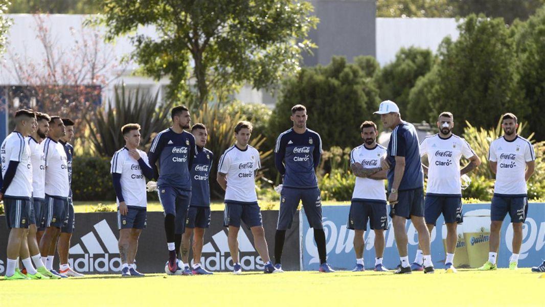 El técnico Edgardo Bauza en la primera práctica de cara al partido con Chile.