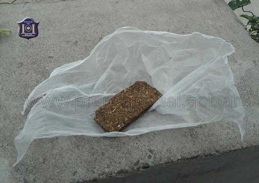 El dealer se desprendió de la droga al huir de una patrulla policial.