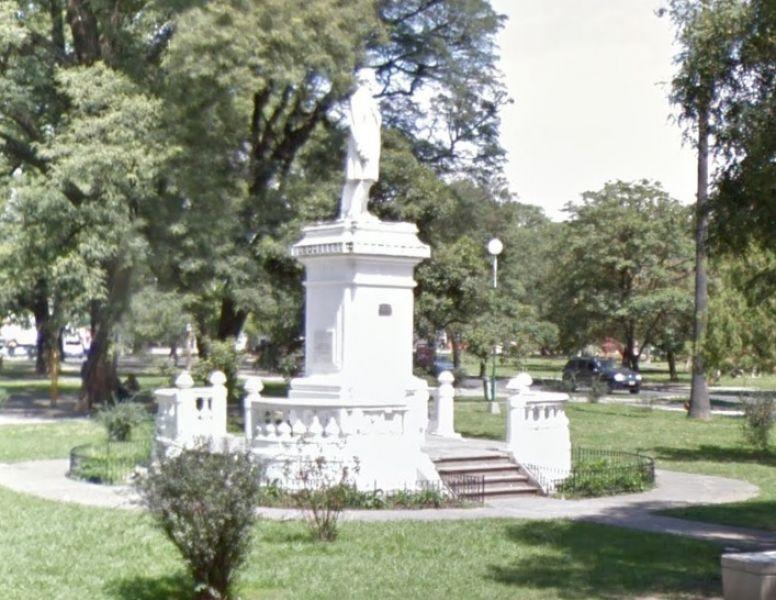 La escultura de Facundo de Zuviría se encuentra deteriorada y ahora está dentro de un plan con vistas a ser recuperada y trasladada.
