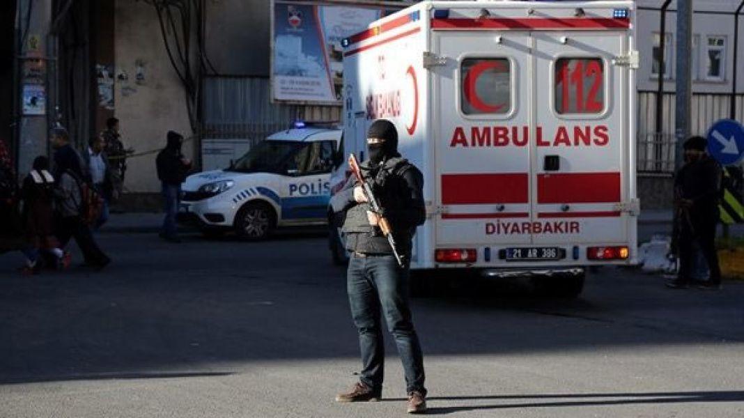 Un policía custodia la zona donde ocurrió la explosión, fue en la ciudad turca de Diyarbakir.