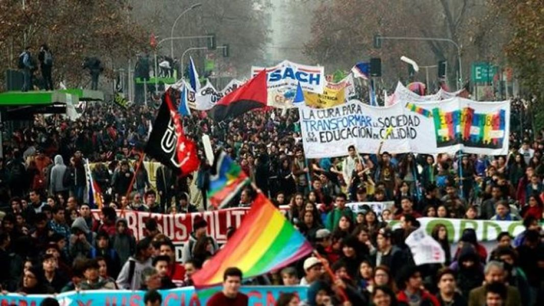 La Confederación de Estudiantes de Chile reclama el mejoramiento de la educación pública.