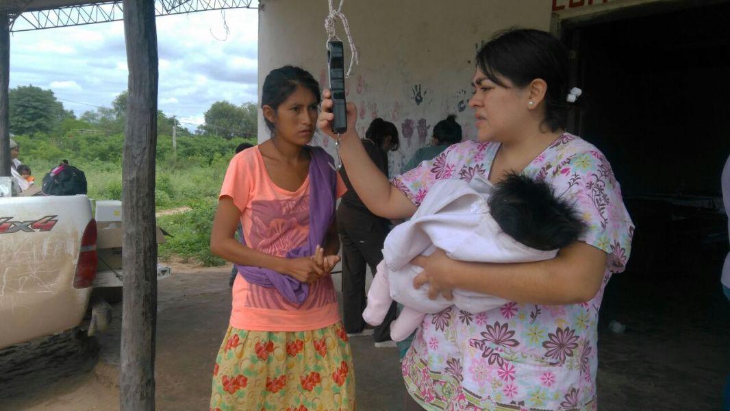 El Gobierno afirma que los servicios sanitarios están llegando a distintos puntos del Chaco salteño por vía área.