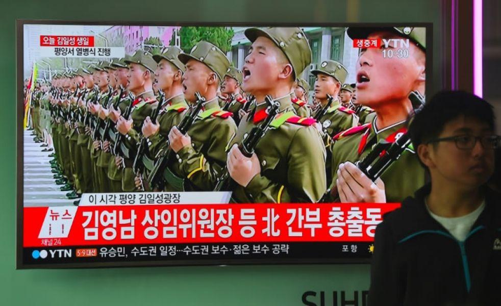 La TV muestra las celebraciones por el 105º aniversario del nacimiento de Kim Il-Sung, fundador de Corea del Norte.