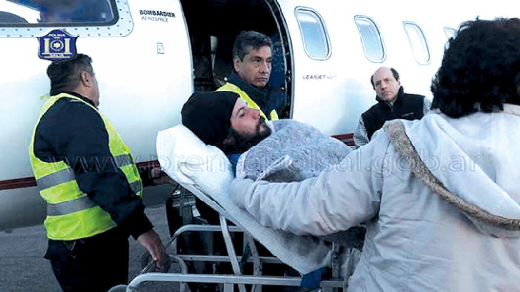 Luego de cuatro días de rescate el andinista con la pierna fracturada llegó a Salta en un vuelo del avión sanitario de la Provincia.