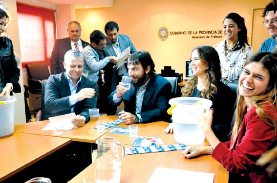 El convenio permitirá la implementación de los sobres purificadores en las comunidades del norte salteño.