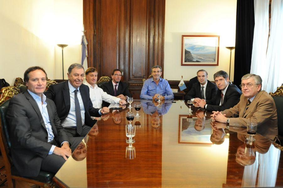 Los senadores nacionales con el ministro del Interior Florencio Randazzo.