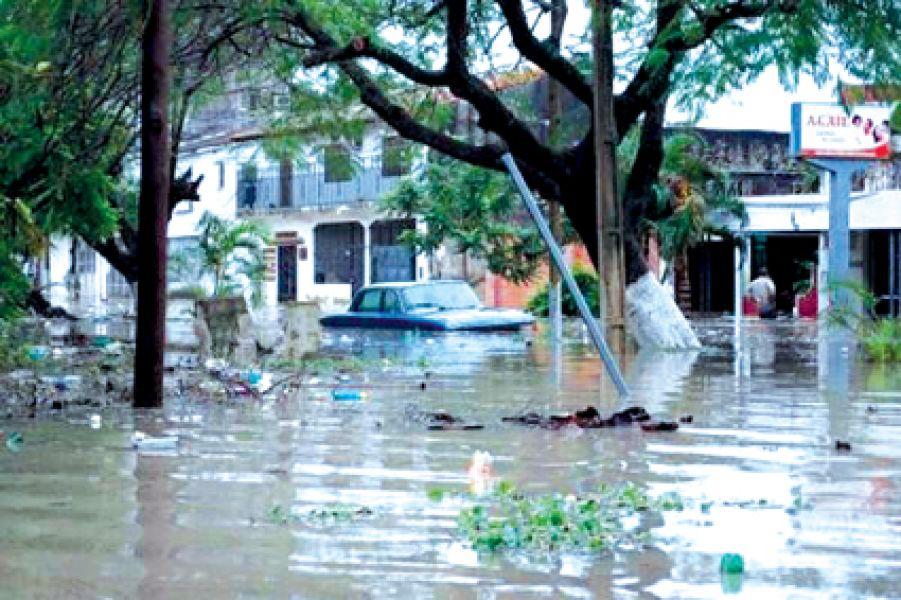 La cantidad de agua caída en tan poco tiempo generó un colapso en el casco céntrico y barrios de Formosa.